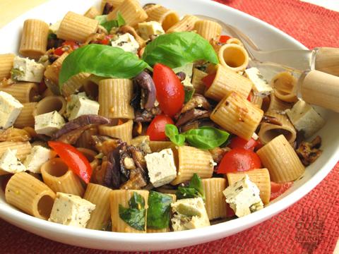 pasta integrale con tofu, melanzane pomodorini e tofu